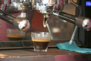Frischer Espresso aus der neuen Kaffeemaschine.Il Milanese del Tacco Foto Andrei Schnell.