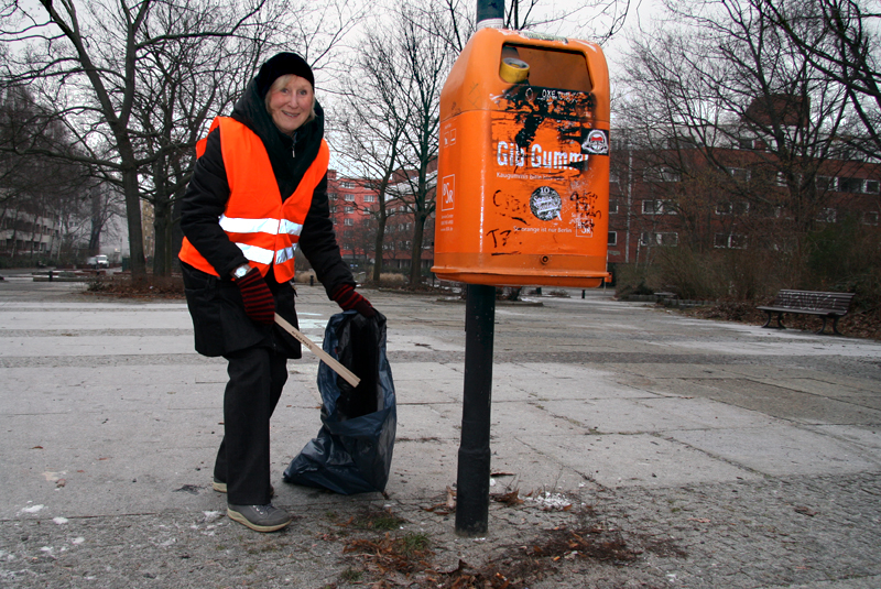 Cecilia Stickler beim Müllsammeln am Vinetaplatz. Foto: D. Hensel