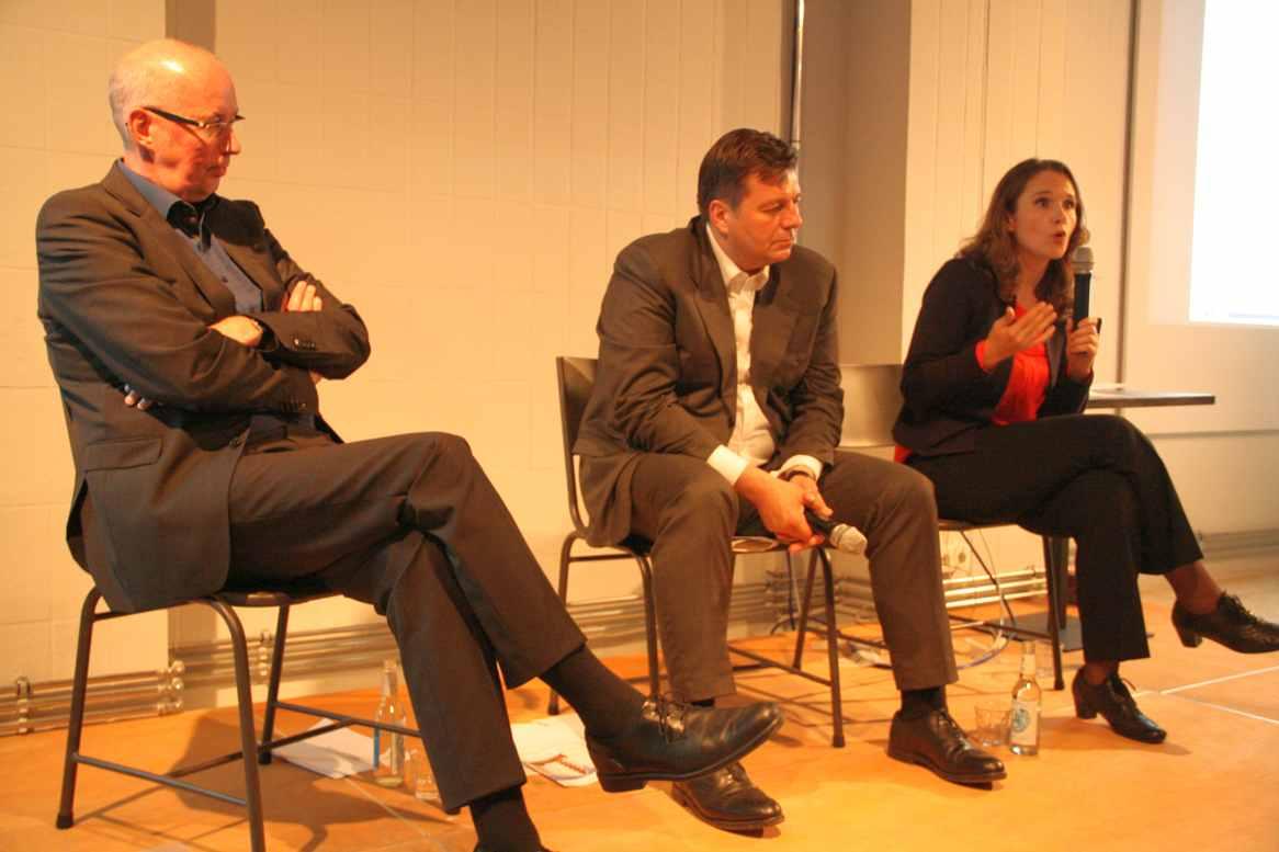 Auf dem Podium: Jörn Richters (Degewo), Andreas Geisel (Senator, SPD) und Maja Lasic (Direktkandidatin, SPD). Foto Andrei Schnell.