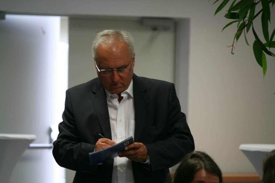 Franz-Josef Conrad von der Deutschen Bank schreibt seine Rede spontan um. Foto Andrei Schnell.