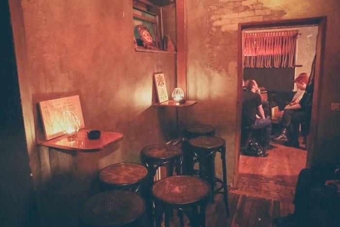 Innenraum der Carcosa-Bar