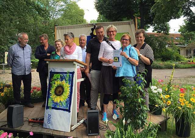 Cecilia Stickler (3. von rechts) bei der Verleihung des Umweltpreises Mitte im Schul-Umwelt-Zentrum.