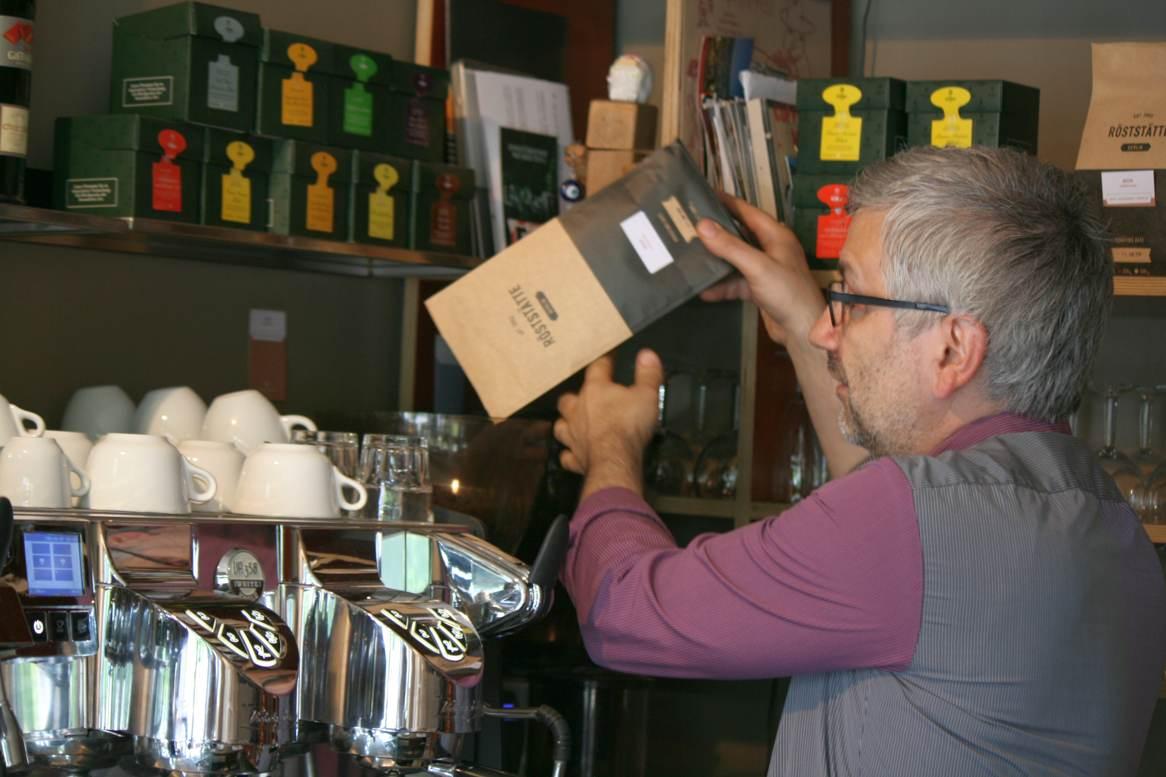 Filippo Tritto an seiner neuen Kaffeemaschine. Foto Andrei Schnell.