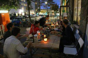 Baustellenparty: Gemeinsames Essen vor dem Baumhaus. Foto: Bolden