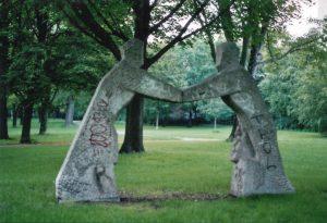 Skulptur zu Wiedervereinigung in der Chausseestraße. Foto Andrei Schnell.