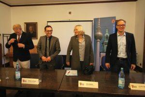 Vier von fünf Stadträten. Von links Ephraim Gothe, Stephan von Dassel, Sabine Weißler, Carsten Spallek. Foto Andrei Schnell.