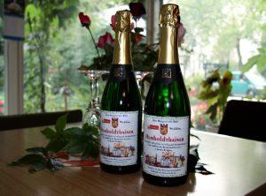 """Eine Flasche """"Humboldthainer Hauptstadtsekt"""". Er ist begehrt, aber unverkäufllich. Foto: Hensel"""