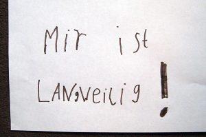 Zettel mit Kinderschrift: Mir ist langweilig! Foto: Dominique Hensel