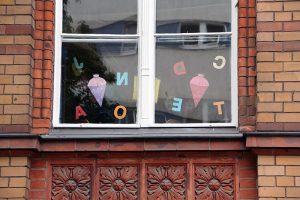 Fenster einer Weddinger Schule. Foto: Andrei Schnell.