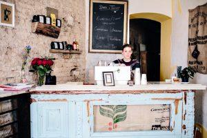 "Cécile hinter dem Tresen im ""Dark & Twisty Coffee"". Foto: Jules Villbrandt (www.herzundblut.com)"