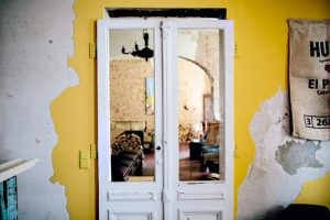 """Für einen Kaffee im """"Dark und Twisty Coffee""""bitte durch diese Tür. Foto: Jules Villbrandt (www.herzundblut.com)"""