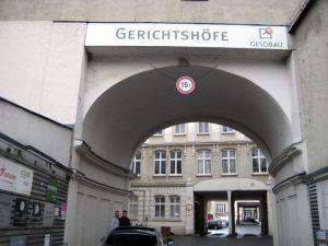 Der Eingang zu den Gerichtshöfen von der Gerichtstraße. Foto: Hensel