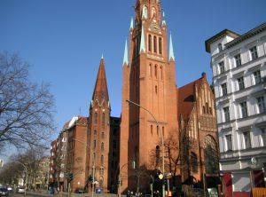 Auf dem Platz vor der Stephanuskirche im Soldiner Kiez Foto: Hensel