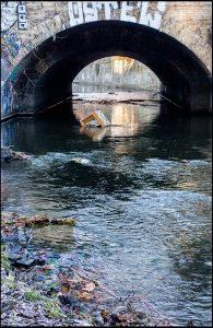 Panke, Brücke, Fluss, Torbogen, Müll, Sessel, Foto: Sulamith Sallmann