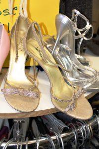 Die goldenen Schuhe haben viele Bewunderer, aber keinen Käufer. Foto: Lena Reich