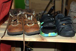 Wer Schuhe braucht, findet sie auch in der Kleiderkiste. Foto: Lena Reich