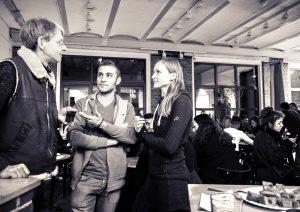 Beim Begegnungsabend im Café der NachbarschaftsEtage. Foto: Sulamith Sallmann