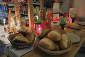 Frühstückstisch mit Brötchen vom grünen Bäcker. Foto: Hensel