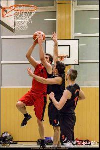 Marius Fußy vom Team Herren 2 am Ball. Foto: Bianca Bürger