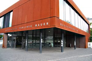 Anlaufpunkt für Besucher an der Gedenkstätte Berliner Mauer. Foto: Hensel