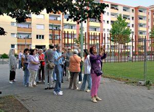 Touristen an der Gedenkstätte Berliner Mauer in der Bernauer Straße. Foto: Hensel