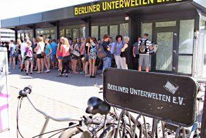 Besucher stehen am Pavillon am Bahnhof Gesundbrunnen für Tickets für eine der Touren der Berliner Unterwelten an. Foto: Hensel