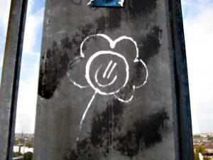 Zum Valentinstag? Eine gemalte Blume an der Swinemünder Brücke. Foto: Hensel