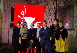 Foto mit Filmcrew gibt es öfter im City Kino. Aber nicht vor Berlinale-Logo. Mittendrin: Anne Lakeberg (4.v.r.) und Wiebke Wolter (3.v.r.). Foto: Albert Warth
