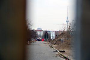 Der Flohmarkt am Mauerpark, im Vordergrund wird die Erweiterungsfläche des Parks umgestaltet. Foto: Hensel