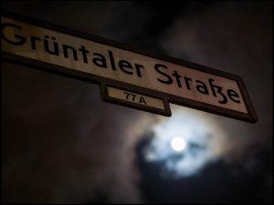 Grüntaler Straße, Nachtaufnahme, Vollmond, Nacht, Straßenschild