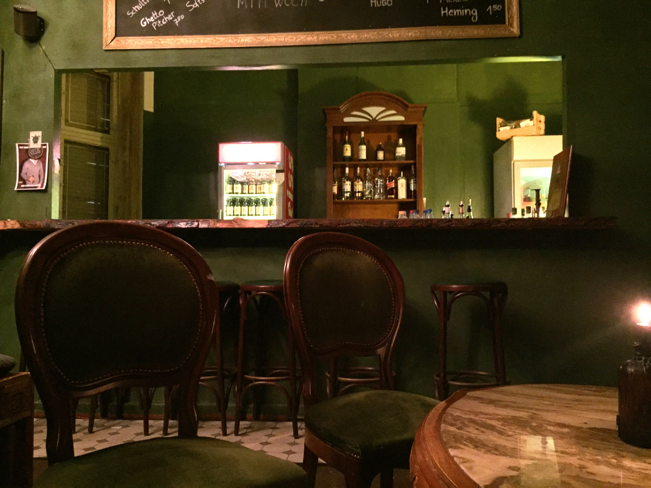 Die Bar Bringt Ein Wenig Glanz In Den Wedding Das Herrenzimmer Mit Historischen Mbeln Imposantem Kronleuchter Und Gemlde Der Blackroom All Black