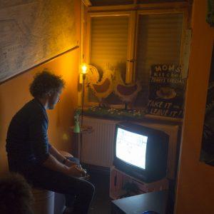 In der neuen WG-Bar. Foto: Andaras Hahn