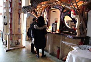 Am Tresen im Baumhaus. Foto: Hensel