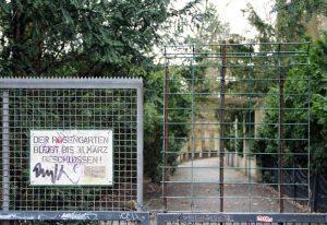 Noch ist die Tür zum Rosengarten im Humboldthain geschlossen. Foto: Hensel