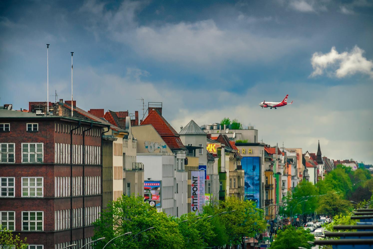 Flugzeug über der Müllerstraße verhindert himmlische Ruhe