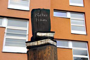 Der Bücherbaum in der Koloniestraße. Foto: Hensel