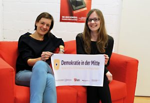 Bettina Pinzl (links) und Lina Respondek von Demokratie in der Mitte in der Fabrik Osloer Straße. Nicht auf dem Bild: Mitarbeiter James Rosalind. Foto: NachbarschaftsEtage