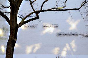 Schriftzug an einem Haus in der Ackerstraße. Foto: Theresa Rüster