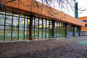 """Die Sporthalle in der Putbusser Straße 12 ist das Zuhause des Volleyballvereins """"Viva Wedding"""". Foto: Hensel"""