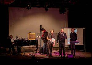 Heiko Werning (am Klavier) im Kreise der Brauseboys bei der Präsentation seines neuen Buches. Foto: Sallmann