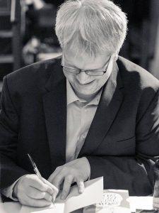 Heiko Wernig signiert sein neues Buch. Foto: Sallmann