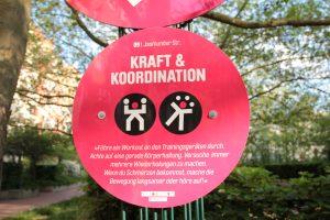 Die Schilder weisen zum Parcours im Brunnenviertel. Foto: Bürger