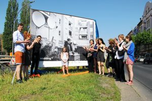 """Eröffnung der Ausstellung """"mein wedding 4"""" auf der Müllerstraße. Im Mittelpunkt steht Sharleen von der Leo-Leonni-Grundschule. Sie ist auf dem Plakat zu sehen. Foto: Hensel"""