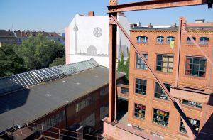 Blick aus dem Fenster im Obergeschoss der Fabrik Osloer Straße. Die NachbarschaftsEtage nutzt einige Räume im Gebäude rechts im Bild. Foto: Hensel