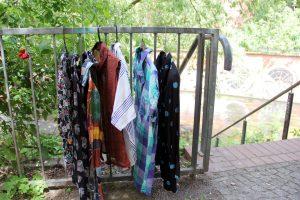 Kleiderbügel hängen auch gut am Geländer. Foto: Hensel