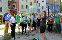 """Führung """"Ost-West-Romanze"""" beim Langen Tag der StadtNatur am 18. Juni 2017. Hier: an der Bernauer Straße. Foto: Hensel"""