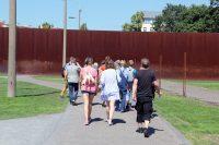 "Führung ""Ost-West-Romanze"" beim Langen Tag der StadtNatur am 18. Juni 2017. Hier: Auf dem Mauerstreifen an der Bernauer Straße. Foto: Hensel"