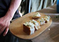 """Führung """"Ost-West-Romanze"""" beim Langen Tag der StadtNatur am 18. Juni 2017. Hier: Brot mit Wildkräuterbutter. Foto: Hensel"""