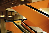 Ein oranges Treppenhaus verbindet die drei Etagen. Foto: Christian Kloss, urbanophil