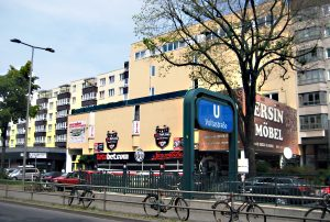 Das Haus Brunnenstraße 70/71. Im Anbau ist derzeit ein Wettbüro, die Kita im Haupthaus in der 2. Etage. Foto: Hensel